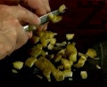 Нарязваме киселите краставички на малки кубчета, прехвърляме ги в купа.