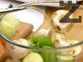 Поставяме зеленчуците в купа, поръсваме с лимоновия сок и зехтина, посоляваме.