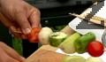 Нанизваме зеленчуците на шишчето, поставяме го между два алуминиеви листа за печене, като намазняваме вътрешния със зехтин.
