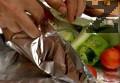 Завиваме шишчето, печем върху сгорещена скара за 15-20 мин. Поднасяме шишчетата заедно с фолиото.