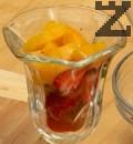 Подреждаме плодовете на дъното на десертни чаши. Между тях слагаме ореховки.