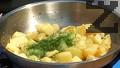 Обелваме картофите. Нарязваме ги на кубчета. В тиган поставяме олиото и маслото. След като мазнината се сгорещи, запържваме картофите за няколко минути. Наситняваме копър, добавяме го към картофите. Стриваме добре чесъна и го добавяме заедно със зеленчуковата подправка в края на пърженето. Разбърква