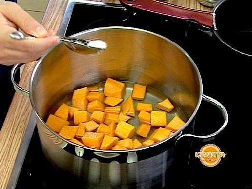 Тиквата се реже на едри кубчета и слага в тенджера с 250 мл студена вода . Варим с 1 с.л. захар за 10 минути. Изваждаме и оставяме да се охлади.