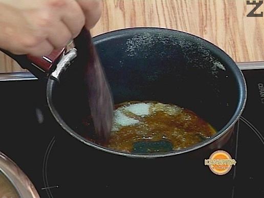 Поставяме захарта за карамелизиране в малък тиган и загряваме, докато се карамелизира.