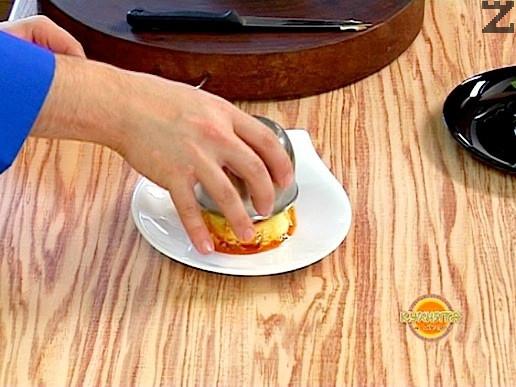 Изпечения крем трябва да изстине напълно и едва тогава се сервира, като се опръща купичката в чиния ис е почуква за да падне.