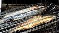 Поставяме лаврака в рибна скара за печене, която слагаме върху добре затопленото барбекю. Печем за около 8-12 мин от всяка страна.