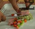 В чиния за сервиране поставяме зеленчуковите ноазети. С помощта на две лъжици оформяме кнедла от пюрето от авокадо. Поставяме отгоре рибното филе.