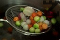Потапяме репичката и топчетата за кратко в гореща вода, след което ги охлаждаме в ледено студена вода.