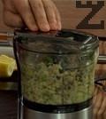Приготвяме пюрето. Почистваме авокадото с помощта на супена лъжица. Пюрираме за кратко заедно с останалите продукти.