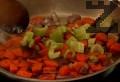 Нарязваме на по-едри кубчета лук, морков и стрък целина и ги запържваме в същата мазнина, като разбъркваме.