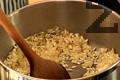 Пасираме зеленчуците. Наситняваме лука за ризотото, задушаваме го. Добавяме ориза и виното, разбъркваме добре. Прибавяме бульона.