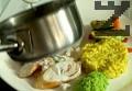 В чиния за сервиране поставяме лъжица ориз, няколко гриловани зеленчука, част от граховото пюре и колелцата от филето. Поливаме със сос.