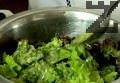 В купа накъсваме листата салата. Поливаме с по-голямата част от дресинга, разбъркваме.
