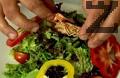 В чиния за сервиране поставяме овкусените листа. Декорираме с кръгчетата от чушки и чери доматчета. Отгоре поставяме скаридата. Поливаме я с малко от дресинга.