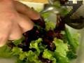 В друга купа накъсваме листата салата и рукола, поръсваме със сол. Поливаме с лимоновия сок и зехтина, разбъркваме.