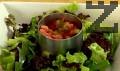 Поставяме салатата в чиния за сервиране като основа. С помощта на метален ринг поставяме отгоре сместа с рибата. Гарнираме с брускети и резен лимон, декорираме с листо рукола.