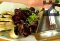 В отделна купа накъсваме листа свежа салата. Овкусяваме с лимонов сок и зехтин. Разбъркваме. Поставяме салатата в центъра на чиния за сервиране.
