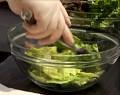 В отделна купа накъсваме салатните листа. Заливаме с дресинга, разбъркваме. В дълбока чиния сервираме зелената салата.