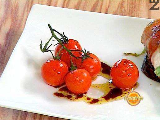Отстрани се редят няколко запържени чери доматаи поливат с дресинг от балсамов оцет, зехтин и чесън.