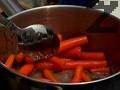 В дълбок съд загряваме меда. Прибавяме предварително сварените морковчета. Поръсваме със сол и черен пипер, добавяме оцета балсамико. Разбъркваме на огъня за кратко.
