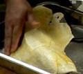 Поставяме тестената кора върху рибата и зеленчуците. В отделна купичка разбиваме яйцето и намазваме с него тестото. Печем за 30-35 мин.