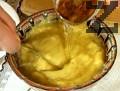 Приготвяме пастата, като смесваме в купа горчицата и бирата.