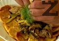 На дъното на чиния за сервиране поставяме пържените картофи. Отгоре слагаме запържената смес. Декорираме със стрък копър.