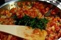 Обелваме и наситняваме доматите, слагаме ги при останалите продукти за плънката. Оставяме зеленчуците да се задушат напълно, а в самия край поръсваме с босилек.