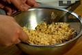 Приготвяме блата. Натрошаваме бисквитите, към тях прибавяме бадемите и разтопеното краве масло.