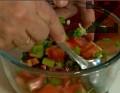 В купа поставяме нарязаните зеленчуци. Посоляваме, поливаме с лимоновия сок. Разбъркваме. В чиния за сервиране поставяме зеленчуците. Около тях декорираме с листа зелена салата.