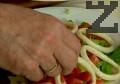Подреждаме калмарените пръстенчета върху зеленчуците. Поднасяме с кайсиева или гроздова ракия.