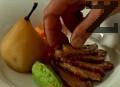 В чиния за сервиране поставяме крушата, лъжица от граховото пюре, топлата морковена салата и патешкото месо, което поливаме с мармалада от портокали.