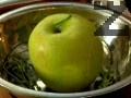 Поставяме ябълката в тавичка за печене. Прибавяме меда и мащерката. Покриваме с алуминиево фолио. Печем на 180-200 градуса за 15 мин.