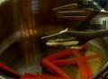 В тенджера сваряваме граха. Отцеждаме го и го пасираме с масло и копър. Добавяме пюрето от ябълка, разбъркваме добре. Обелваме и нарязваме морковите на тънки пръчици. В тиган разтопяваме маслото и леко запържваме морковите. Поливаме с лимонов сок. Наситняваме копъра и го прибавяме към морковите зае