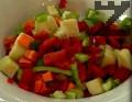 Обелваме и нарязваме на кубчета патладжана, моркова, чушките и пънчетата от гъбите, които запържваме в сгорещен зехтин.