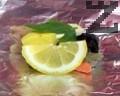 Отгоре подреждаме парче морков, резен лимон, парче кисела краставичка, бучка краве масло, парче суров картоф и лист девисил. Поливаме с 1 с.л. бяло вино.
