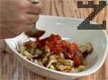 Аранжираме в чиния запечените зеле и праз, отгоре поставяме резените бекон и сирене. Заливаме салатата със соса.