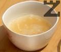 Заливаме желатина с малко студена вода, изчакваме го да набъбне.