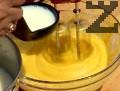 Разбиваме яйцата заедно с брашното. Загряваме млякото със захарта. След като захарта се разтвори, я изливаме на тънка струйка към яйцата.