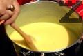 Връщаме сместа на котлона. Варим докато крема се сгъсти, като разбъркваме непрекъснато. Прибавяме набъбналия желатин и ванилията, варим за кратко.