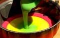 В кръгла форма за печене наливаме малко вода. В средата на тавичката постепенно изливаме всички кремове.
