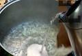 Настъргваме морковите на ренде. Наситняваме лука. В сгорещена мазнина запържваме до златисто лука за около ½ мин. Поливаме с около 220 мл вода, задушаваме лука заедно с морковите.