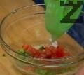 Изстискваме сока на лимона. В купа поставяме нарязаните съставки, добавяме олио, чили и сол. Разбъркваме добре. Сервираме рибената чорба с купичка саламурика.