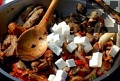 Добавяме лютеницата, сиренето и магданоза. Разбъркваме и оставяме за кратко на огъня.