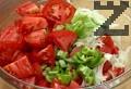 Нарязваме пресните и печените чушки на ситно. Поставяме нарязаните зеленчуци в салатна купа.