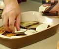 Редим втори пласт патладжани, доматен сос и плочки сирене. В тази последователност подреждаме около четири пласта от патладжаните.