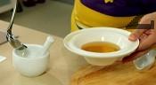Добавяме счукания чесън и разбъркваме добре. В чиния за сервиране поставяме тиквички и заливаме със соса.