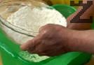 В дълбока купа наливаме 600 мл вода, прибавяме солта, оцета и 1 с.л. от свинската мас. Изсипваме брашното и замесваме тесто. Оставяме го да втаса за около час.