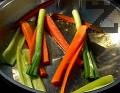 Нарязваме моркова и чушката на лентички. Запържваме ги за кратко в сгорещена мазнина.