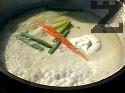 Приготвяме соса. В същата мазнина изливаме течната сметана и виното. Поставяме останалата част от зеленчуците и топеното сирене. Разбъркваме докато сиренето се разтопи. Сервираме рибните рула като ги поливаме със сметановия сос.